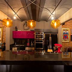 CASA Z: Cocinas de estilo  por VELAZQUEZ GOMEZ ARQUITECTOS , Industrial