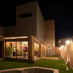 Houses by VELAZQUEZ GOMEZ ARQUITECTOS