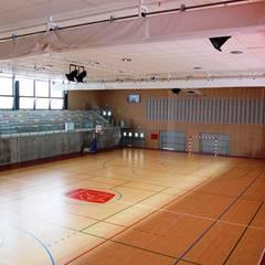 REFORMA Y AMPLIACIÓN DEL COLEGIO SAN JOSÉ. Polideportivo, nuevo aulario y aparcamiento: Gimnasios domésticos de estilo  de ATRIO estudio de arquitectura