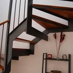 REHABILITACIÓN DE EDIFICIO DE VIVIENDAS: Escaleras de estilo  de ATRIO estudio de arquitectura