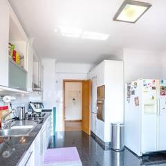 Apartamento T3 Algés - Lisboa: Cozinhas  por EU LISBOA