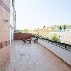 Apartamento T3 Algés - Lisboa Varandas, marquises e terraços clássicas por EU LISBOA Clássico