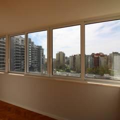 Apartamento T3 + 1 Olivais Janelas e portas modernas por EU LISBOA Moderno
