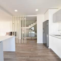 Lote 23: Cozinhas  por Construções e Imobiliária Navio, Lda