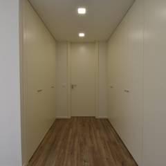 Dressing room by Construções e Imobiliária Navio, Lda, Modern