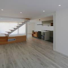 Casa das Fontes | Reformulação Salas de jantar minimalistas por OBRA ATELIER - Arquitetura & Interiores Minimalista Compósito de madeira e plástico
