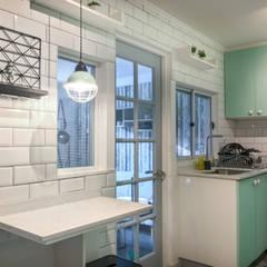 Cozinhas pequenas  por R-Innovare / Diseño de interiores y Arquitectura / Santiago y Viña del mar