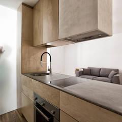 Sant'eramo Flat: Petites cuisines de style  par ManGa architects,