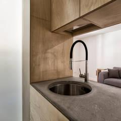 Sant'eramo Flat: Éléments de cuisine de style  par ManGa architects,
