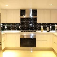 COCINA MODERNA CON CUBIERTA DE CUARZO: Muebles de cocinas de estilo  por taller wb, Moderno Aglomerado