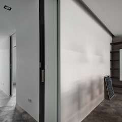 Industrial corridor, hallway & stairs by 邑舍室內裝修設計工程有限公司 Industrial