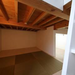 ピアノ室のある狭小住宅 OUCHI-29: 石川淳建築設計事務所が手掛けた小さな寝室です。