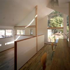 山に向かう家: 西島正樹/プライム一級建築士事務所 が手掛けた子供部屋です。,モダン
