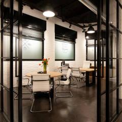 Local de oficinas en Eibar: Edificios de oficinas de estilo  de Gumuzio&MIGOYA arquitectura e interiorismo