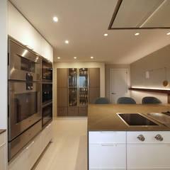 Vivienda Diagonal detalle y elegancia: Cocinas integrales de estilo  de Marta Alonso. Design