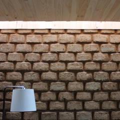 CASA MALLARAUCO - diseño y construcción - Mallarauco / Melipilla / Santiago: Paredes de estilo  por ALIWEN arquitectura & construcción sustentable - Santiago