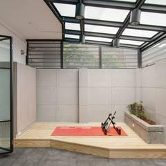 Garage/shed by 邑舍室內裝修設計工程有限公司