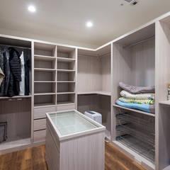 Closets de estilo  por 富亞室內裝修設計工程有限公司