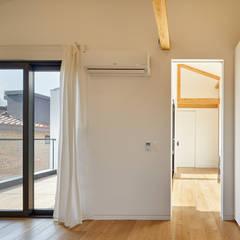 SQUARE & TRIANGLE HOUSE: Studio 李心田心 스튜디오 이심전심 건축사 사무소의  드레스 룸