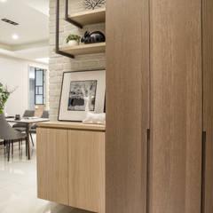 Corridor & hallway by 富亞室內裝修設計工程有限公司, Country Solid Wood Multicolored
