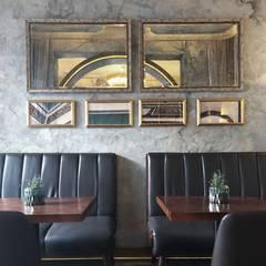 牆面上的照片裝飾都用金屬框來呈現:  牆面 by On Designlab.ltd,