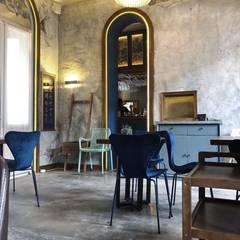 水晶燈搭配其他復古家具讓整個空間更有老上海懷舊的風味:  家居用品 by On Designlab.ltd,