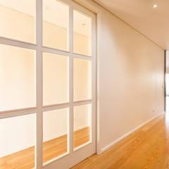 T3 em Leça da Palmeira, Matosinhos (1º andar) - SHI Studio Interior Design Corredores, halls e escadas modernos por SHI Studio, Sheila Moura Azevedo Interior Design Moderno