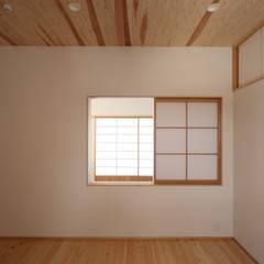 平和1601KO: TOGODESIGNが手掛けた小さな寝室です。