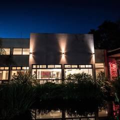 Estilo Cardales - Salón de fiesta: Gastronomía de estilo  por Luis Barberis Arquitectos,