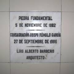 Capilla San Vicente de Paul: Pasillos y recibidores de estilo  por Luis Barberis Arquitectos,Rural