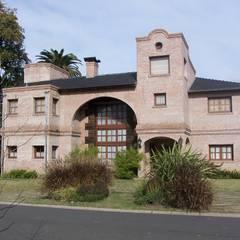 Casa CM : Casas unifamiliares de estilo  por Luis Barberis Arquitectos,
