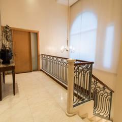 Casa CNSD: Pasillos y recibidores de estilo  por Luis Barberis Arquitectos