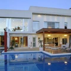 Piscinas de jardín de estilo  por Luis Barberis Arquitectos