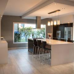 مطبخ ذو قطع مدمجة تنفيذ Luis Barberis Arquitectos,