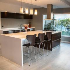 Casa RC: Cocinas a medida  de estilo  por Luis Barberis Arquitectos,Minimalista