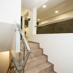 Casa CZM: Escaleras de estilo  por Luis Barberis Arquitectos