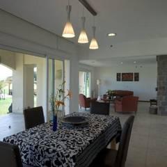 Casa LV Comedores rústicos de Luis Barberis Arquitectos Rústico