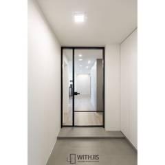 허스크디자인 분당APT 인테리어 위드지스중문: WITHJIS(위드지스)의  복도 & 현관,모던 알루미늄 / 아연