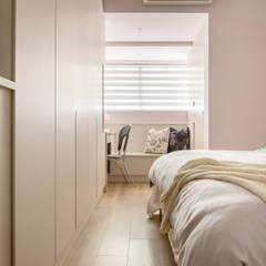 Dormitorios pequeños de estilo  por 富亞室內裝修設計工程有限公司 , Escandinavo Tablero DM