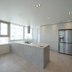 복층 펜트하우스 인테리어: 디자인 아버의  주방,모던