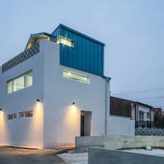 Casas pequeñas de estilo  por inark [인아크 건축 설계 디자인]