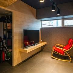 interior by INARK 포항 청하면 펜션 올 리모델링 대구 협소주택,  상가주택 인아크 건축 설계 인테리어 디자인: inark [인아크 건축 설계 디자인]의  거실