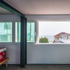 interior by INARK 포항 청하면 펜션 올 리모델링 대구 협소주택,  상가주택 인아크 건축 설계 인테리어 디자인: inark [인아크 건축 설계 디자인]의  플라스틱 창문,미니멀