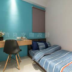宇成建築/植村NY-都會簡約:  小臥室 by SING萬寶隆空間設計