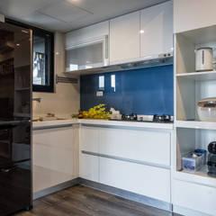 Cocinas pequeñas de estilo  por 富亞室內裝修設計工程有限公司 , Industrial Vidrio