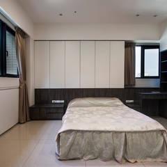 Kleine slaapkamer door 富亞室內裝修設計工程有限公司
