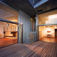 カーサ・カスバ: 西島正樹/プライム一級建築士事務所 が手掛けたテラス・ベランダです。