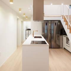 Corridor & hallway by J2o Design 제이투오