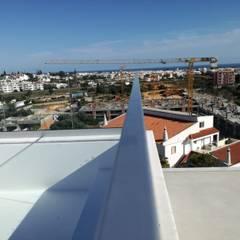 Lux Terrace - Alta de Faro : Telhados  por SAM'S - Soluções em alumínio e PVC,Moderno