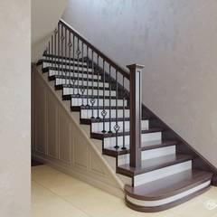 Escaleras de estilo  por Дизайн-студия 'Абрис'